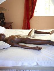 Горячее тело темнокожей красавицы на белой кровати - 15 картинка