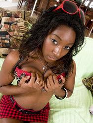 Фотосессия темнокожей девушки с большими булками - 5 картинка