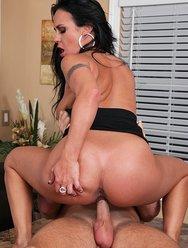 Голые прелести зрелой сексуальной домохозяйки - 2 картинка