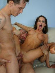 Секс с безбашенной мамой и двумя мужиками - 15 картинка