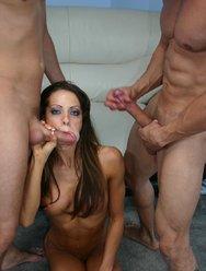 Секс с безбашенной мамой и двумя мужиками - 11 картинка