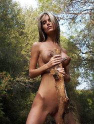 Юная амазонка показала свою бритую киску - 14 картинка