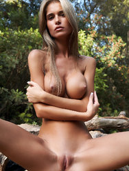 Юная амазонка показала свою бритую киску - 7 картинка