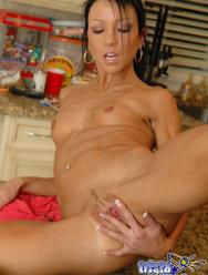 Худая телка широко раздвигает ноги на кухонном столе - 11 картинка