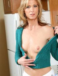 Пожилая дама развлекается с резиновым самотыком на кухне - 6 картинка