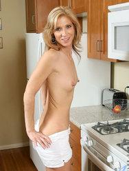 Пожилая дама развлекается с резиновым самотыком на кухне - 7 картинка