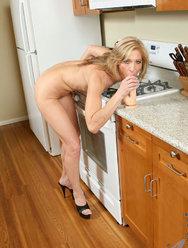 Пожилая дама развлекается с резиновым самотыком на кухне - 8 картинка