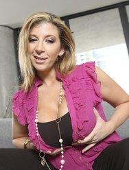 Сексуальная женщина Сара позирует на откровенной фотосессии - 4 картинка