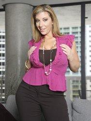 Сексуальная женщина Сара позирует на откровенной фотосессии - 3 картинка