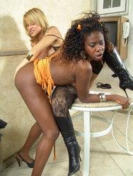 Негритянка сосет член у транса - 11 картинка