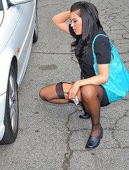 Починил авто красивой девушке за секс с ней - 1 картинка