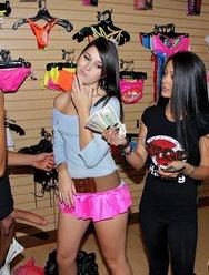 Секс кареглазой девушки в магазине с мексиканцем - 7 картинка