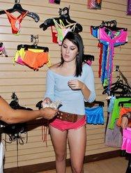 Секс кареглазой девушки в магазине с мексиканцем - 3 картинка
