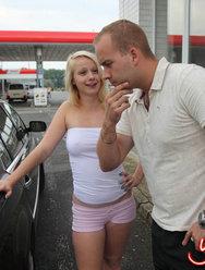 Блондинка Лена делает минет на улице за деньги - 7 картинка