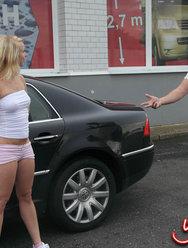 Блондинка Лена делает минет на улице за деньги - 5 картинка
