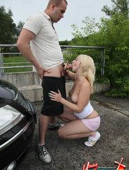 Блондинка Лена делает минет на улице за деньги - 11 картинка