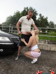 Блондинка Лена делает минет на улице за деньги - 12 картинка