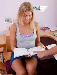 Первое проникновение в попку юной школьницы - 1 картинка