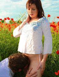 Красивый секс в поле красных маков - 2 картинка
