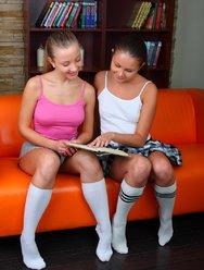 Две шаловливые школьницы шалят с вибратором - 3 картинка