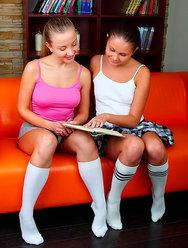 Две шаловливые школьницы шалят с вибратором - 1 картинка