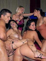 Девушки устроили секс пати с одним стриптезером - 3 картинка