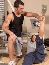 Тетка соблазнила молодого тренера по фитнесу - 3 картинка