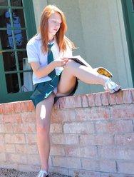 Рыжая школьница любит проветривать свою киску - 3 картинка