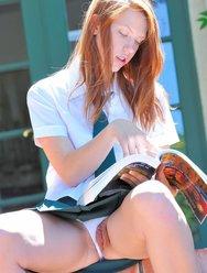 Рыжая школьница любит проветривать свою киску - 6 картинка