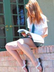 Рыжая школьница любит проветривать свою киску - 5 картинка