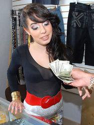 Продавщица одежды обслужила клиента своей киской - 12 картинка