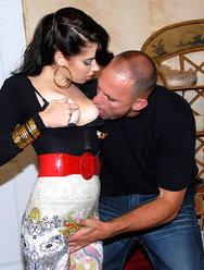 Продавщица одежды обслужила клиента своей киской - 13 картинка