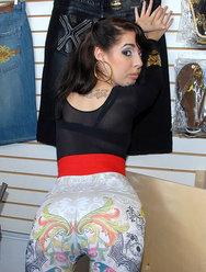 Продавщица одежды обслужила клиента своей киской - 2 картинка