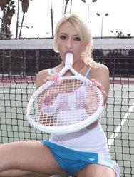 Глубоко помещает член в рот красивой теннисистки - 7 картинка