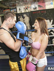 Трахнул грудастую красотку на боксерском ринге - 3 картинка