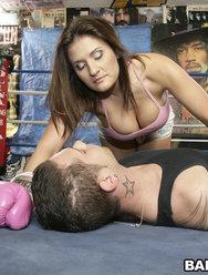Трахнул грудастую красотку на боксерском ринге - 5 картинка