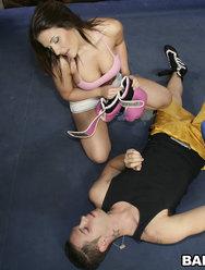 Трахнул грудастую красотку на боксерском ринге - 6 картинка