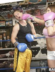Трахнул грудастую красотку на боксерском ринге - 4 картинка