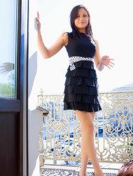 Брюнетка не носит трусики под платьем - 12 картинка