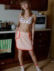 Вика развлекается с большим дилдо на кухне - 3 картинка