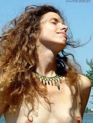 Показала свою волосатую щель на пляжу - 11 картинка