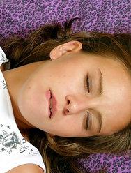 Воспользовался пьяной подругой пока она спала - 1 картинка