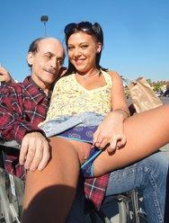Молодая осчастливила сексом лысого старика - 3 картинка