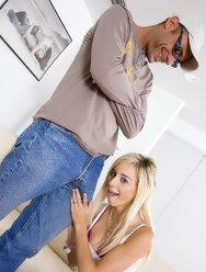 Блондинка насладилась огромным членом очкарика - 2 картинка