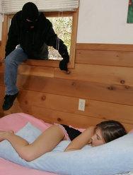 Грабитель изнасиловал спящую девушку - 3 картинка