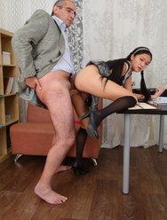 Молодая девушка раздвинула ножки перед зрелым учителем - 6 картинка