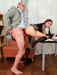 Молодая девушка раздвинула ножки перед зрелым учителем - 2 картинка