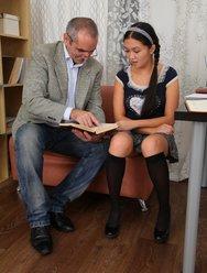 Молодая девушка раздвинула ножки перед зрелым учителем - 7 картинка