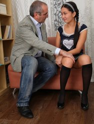 Молодая девушка раздвинула ножки перед зрелым учителем - 11 картинка