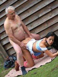 Молодая соседка совратила пожилого мужика - 10 картинка